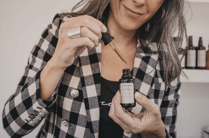 taking out a drop of LIVE BOTANICAL's Brightening Oil