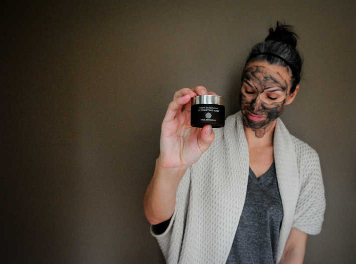 holding True Botanicals Pacific Glacial Clay Detoxifying Mask
